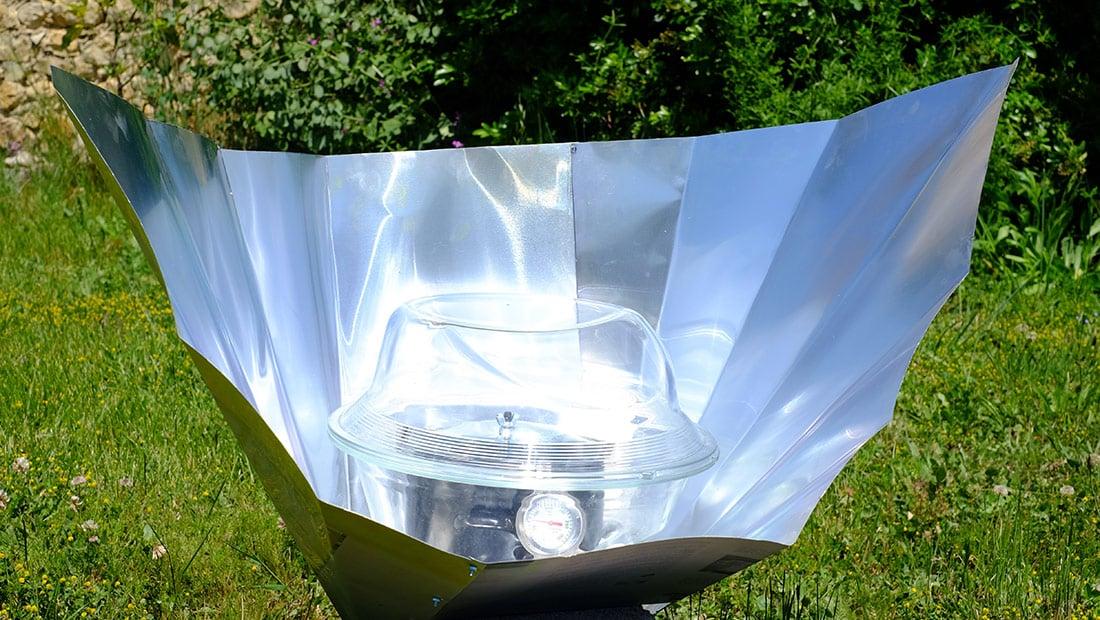 four solaire à panneaux au soleil