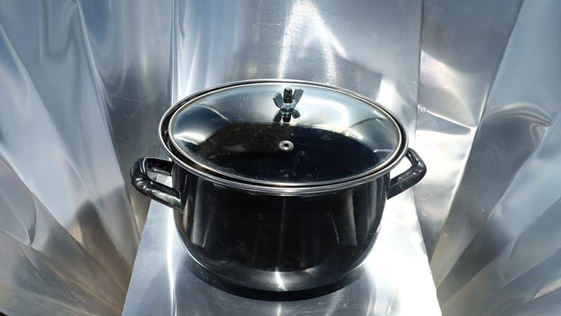 casserole dans un cuiseur solaire