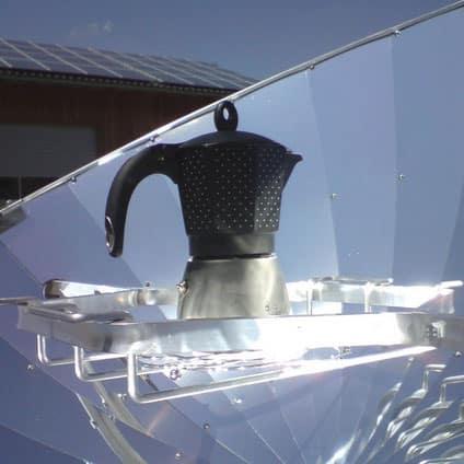 cafetière italienne chauffant au soleil