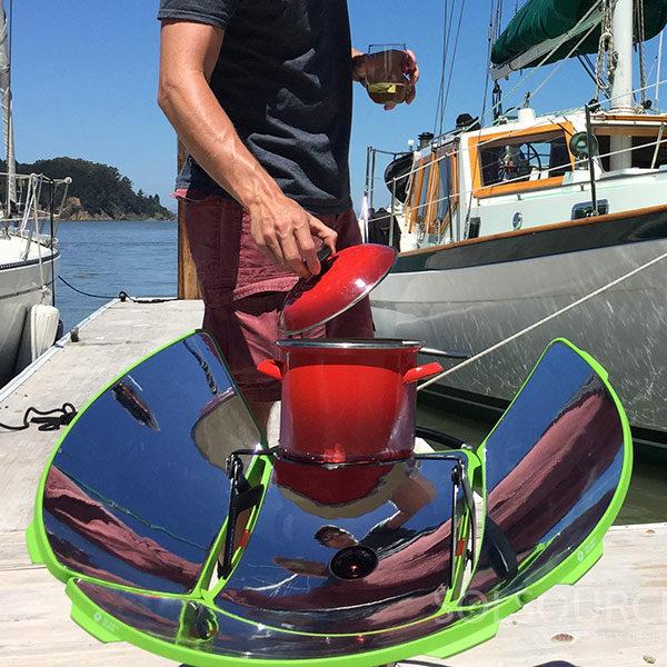 four solaire près d'un bateau de plaisance