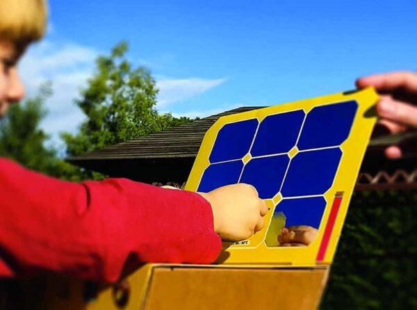 enfant apprenant la cuisson solaire