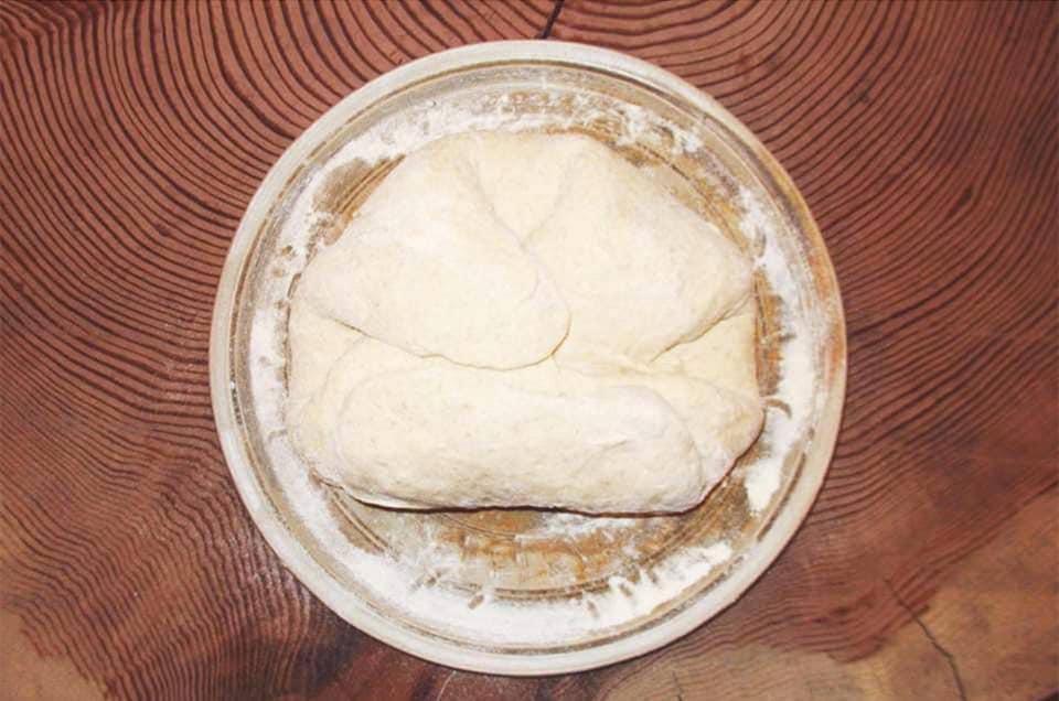 Enroulement de la pâte à pain.