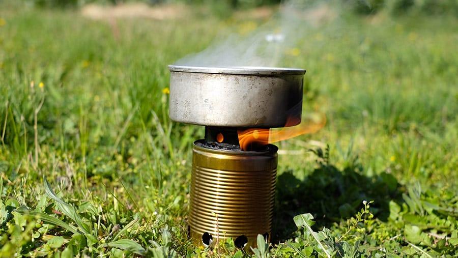 Réchaud à bois en pleine combustion